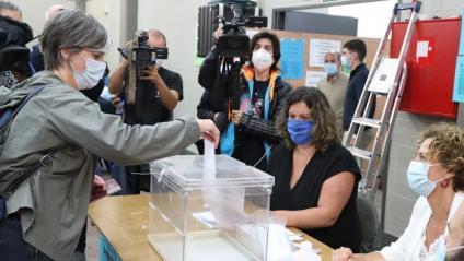 Una dona en el moment de votar a l'inici d'obertura dels col·legis a Durango
