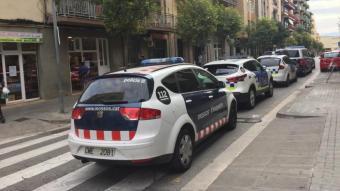 Diversos vehicles policials durant l'actuació, a Mataró