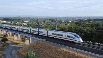 Imatge d'un tren d'Alta Velocitat a l'altura de l'Horta de Lleida