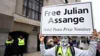 Una persona es manifesta en suport d'Assange, davant el tribunal on se celebra el procés d'extradició