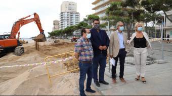 L'alcalde, Maurici Jiménez, i el subdelegat, Albert Bramon –al centre del grup–, ahir, amb els tinents d'alcalde Pedro Torres i Montse Rovira, al passeig de Platja d'Aro