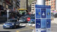 Un cartell recorda les mesures de prevenció de la Covid-19, al Pas de la Casa