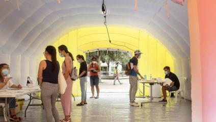 Una carpa per fer els cribratges massius al barri del Raval de Barcelona