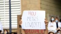 """""""Prou metges low-cost"""", un dels missatges que es va veure a la concentració de metges interns residents (MIR) davant el departament de Salut en la primera jornada de vaga del col·lectiu, ahir dilluns a Barcelona"""