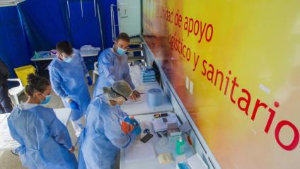 Uns infermers processen mostres en un cribratge a Laviana, a Astúries
