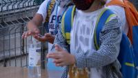 Dos alumnes de primària rentant-se les mans amb gel hidroalcohòlic a l'accés de l'escola Sant Llàtzer de Tortosa