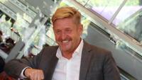 El president del consell d'administració del grup Volkswagen, Herbert Diess i el nou president de Seat, Wayne Griffiths, se saluden amb els colzes i sense mascareta, aquest dimecres a Barcelona