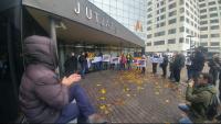 Concentració davant els jutjats amb motiu de la presentació d'una querella per l'operació Judes