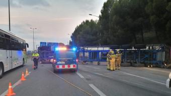 Efectius d'emergències treballant al punt de l'accident d'un camió a l'AP-7, a Montmeló