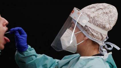 Una persona se sotmet a una prova PCR,  a Pamplona