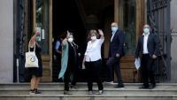 Els quatre exmembres del Parlament i Mireia Boya, a l'entrada del Palau de Justícia de Barcelona