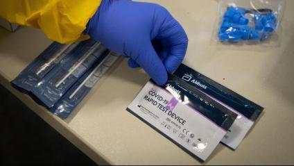 Un sanitari mostra un test d'antígiens, al CUAP Manso de Barcelona