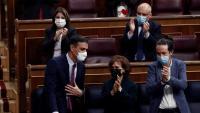 Membres del govern i diputats socialistes aplaudeixen Pedro Sánchez, aquest dijous al Congrés