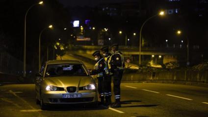 Un vehicle és aturat en un control policial pel toc de queda, als afores de París