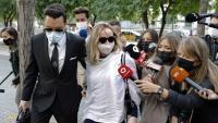 La dona de Josep Maria Mainat, Angela Dobrowolski, arribant divendres a la Ciutat de la Justícia acompanyada pel seu advocat, Jorge Albertini