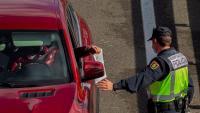 Imatge d'un control policial en un dels accessos d'Oviedo, a Astúries
