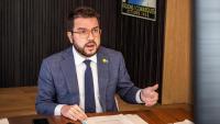 El vicepresident del govern, Pere Aragonès, al seu despatx durant la conferència de presidents autonòmics d'aquest dilluns