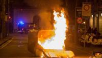 Un contenidor cremat durant els aldarulls, aquest dilluns a Barcelona