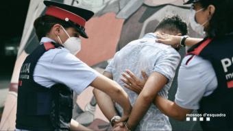 Imatge d'una detenció facilitada per la policia catalana