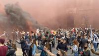 La protesta dels restauradors ha omplert de fum negre i vermell la plaça Sant Jaume, aquest dimecres a Barcelona