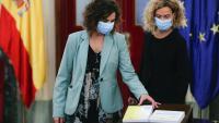 La ministra espanyola d'Hisenda, María Jesús Montero, lliura el projecte de llei de pressupostos a la presidenta del Congrés, Meritxell Batet