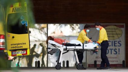 Dos tècnics d'emergències  ingressen una persona a l'hospital de Bellvitge, aquesta setmana a Barcelona