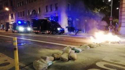 Una barricada a la Via Laietana, aquest divendres al vespre