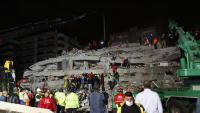 Els equips de rescat treballen en un edifici ensorrat pel terratrèmol, aquest divendres a Esmirna