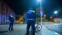 Agents de la Policial Municipal de Girona, patrullant durant el toc de queda