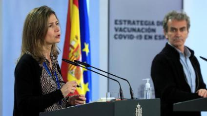 La directora de l'AEMPS, María Jesús Lamas, i el director del CCAES, Fernando Simón, durant la roda de premsa d'aquest dilluns