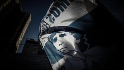 Una bandera amb la cara de Maradona durant una concentració a l'exterior de la clínica on va estar ingressat a principis de mes,