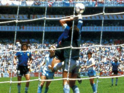 Maradona marca el gol amb la contra Anglaterra.