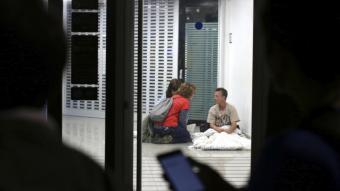 Dues voluntàries d'Arrels enquesten una persona sense llar, en una edició anterior del cens