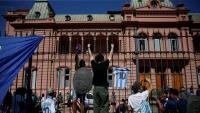 Un fan de Maradona s'enfila a la tanca de la Casa Rosada, aquest dijous a Buenos Aires