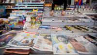 En primer pla, diverses portades de diaris esportius espanyols amb la notícia de la mort de Maradona
