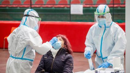 Una dona se sotmet a una test de Covid-19, a Burgos