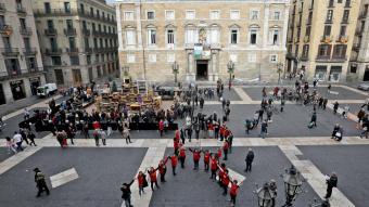 Un grup d'activistes forma un llaç humà contra la Sida, el passat 1 de desembre a la plaça Sant Jaume de Barcelona