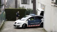 Un cotxe dels Mossos s'endú una de les persones detingudes pel crim de la infermera, aquest dilluns al matí