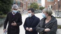 El secretari de Salut Pública, Josep Maria Argimon, el vicepresident Pere Aragonès i la consellera Alba Vergés, aquest dimarts al recinte de l'hospital de Sant Pau