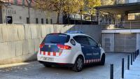 Un vehicle dels Mossos trasllada un dels detinguts als jutjats, aquest dimecres a Girona