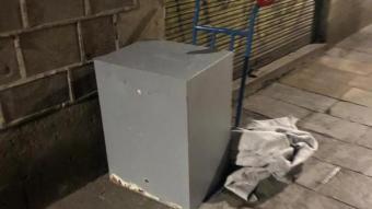 La caixa forta recuperada pels Mossos, al carretó amb el que se la van intentar endur els lladres