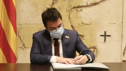 El vicepresident del govern, Pere Aragonès, signant el decret de l'ajornament electoral, aquest divendres al Consell Extraordinari del govern