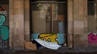 Una persona sense llar dorm al centre de Barcelona, en una imatge recent