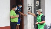 Un funcionari distribueix ivermectina líquida a Santa Cruz, a Bolívia, un dels països on s'està utilitzant aquest fàrmac per contenir la Covid-19