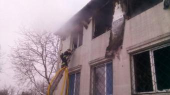 Efectius dels Bombers treballant al lloc de l'incendi, a Jarkov