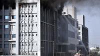 Efectius dels Bombers treballen per extingir el foc que ha afectat la fàbrica d'SII, a la ciutat de Pune