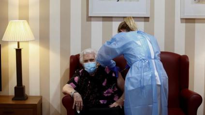 Una sanitària punxa la vacuna a una usuària d'una residència, a Sabadell
