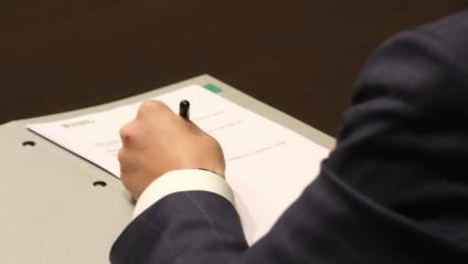 El vicepresident del govern, Pere Aragonès, signant la desconvocatòria electoral