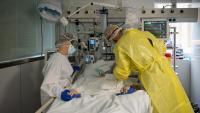 Professionals sanitaris a una UCI de l'Hospital Clínic