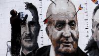 L'artista Roc Blackblock, pintant diumenge passat un mural crític amb la monarquia espanyola